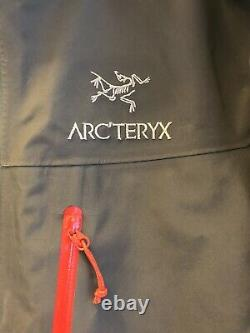 Arcteryx Alpha Sv Veste / Hommes Med / Gris + Rouge / Fabriqué Au Canada / Porté À Peine